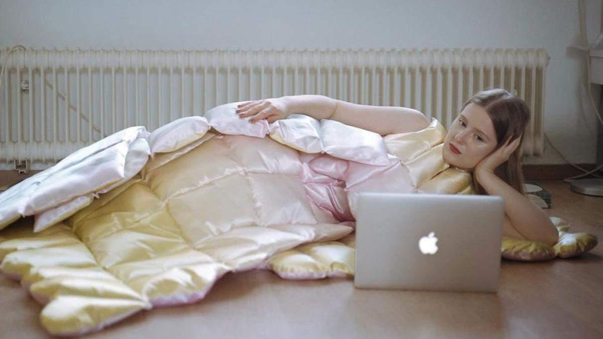 Дизайнерка створила ідеальний одяг для роботи під час локдауну – плаття-ковдру