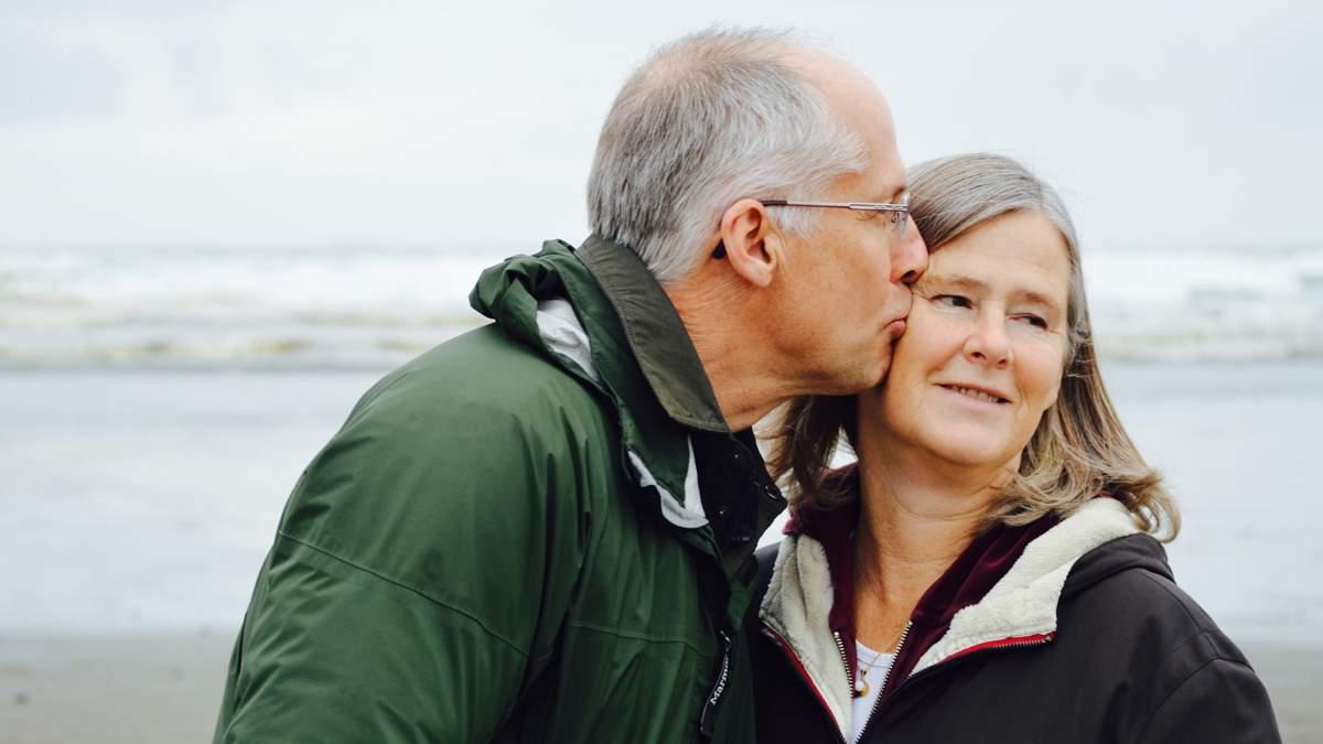 До сліз: бабуся зустріла свого чоловіка після року розлуки через Covid – зворушливе відео