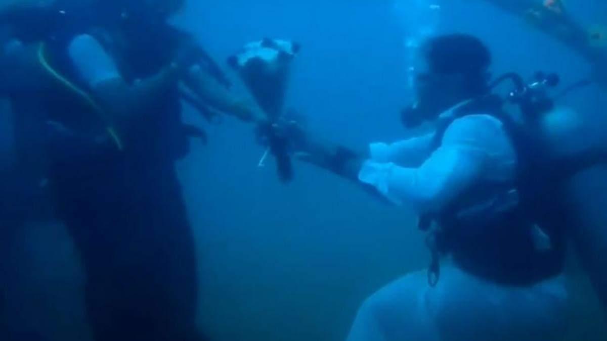 В Індії закохані одружились під водою: відео