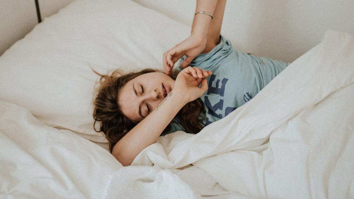 Врач поделилась секретом, как быстро заснуть: все дело в носках