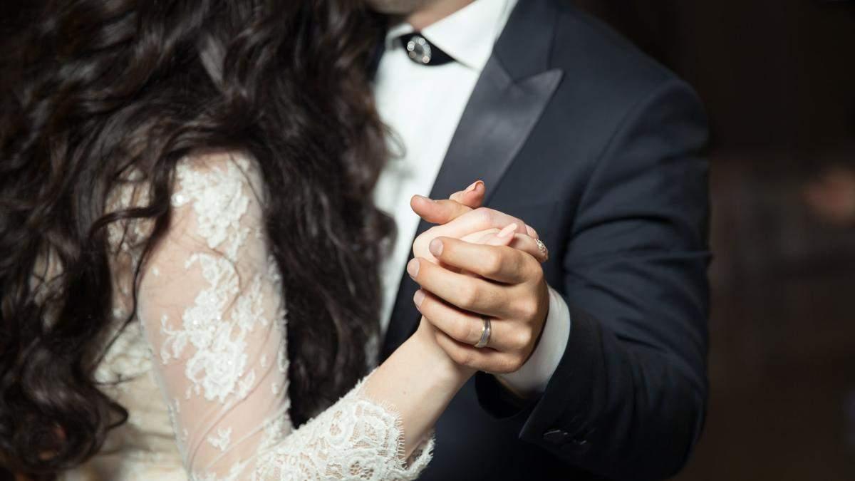 Все в долларах: невеста поразила гостей необычным платьем – фото