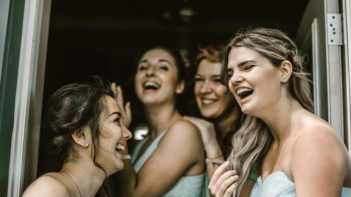 Дружки шокували наречену своїм нарядом на весіллі: що вони одягнули