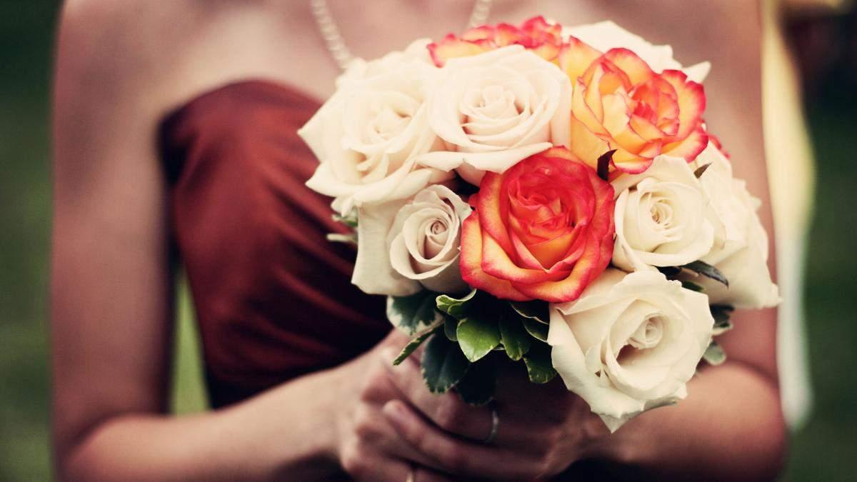 Девушка смутилась на свадьбе из-за платья: что она надела