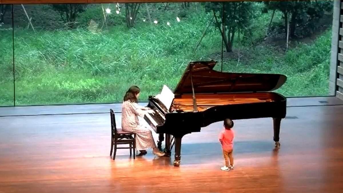 Чуть не сорвал концерт: 2-летний мальчик выбежал на сцену к маме-пианистке – трогательное видео - Life