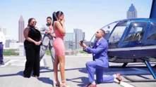 Ідеальне освідчення: хлопець здивував дівчину вертольотом і 5 обручками