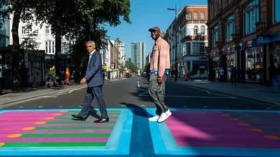Замінив чорно-білі смуги: дизайнер створив на вулицях Лондона барвисті пішохідні переходи