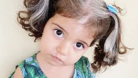 Дівчинка, що народилась із сивим волоссям, переодягається у діснеївських лиходіїв: чарівні фото