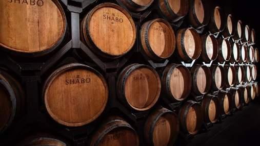 Чи справді витримка в дубі робить вино кращим: відповідає сомельє